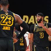 LeBron James (de dos) et Anthony Davis