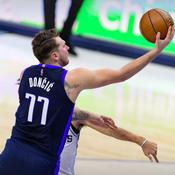 Les Mavericks matent les Spurs, grâce à Doncic et Porzingis