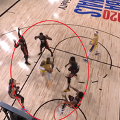 LeBron James face à cinq défenseurs - capture d'écran