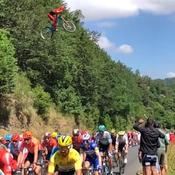 Tour de France: l'image vertigineuse d'un vététiste qui saute au-dessus du peloton