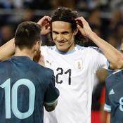 Lionel Messi (10, de dos) et Edinson Cavani