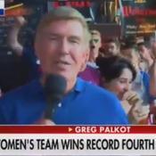 A Lyon, un journaliste de Fox News entouré de fans américains insultant Trump