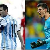 Lionel Messi tentera de tromper la vigilance de Thibault Courtois
