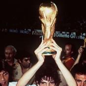 Paolo Rossi soulevant la Coupe du monde en 82