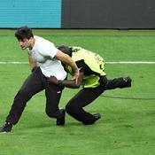 Un spectateur sur la pelouse du Stade de France