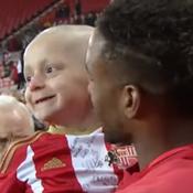 Un enfant atteint d'un cancer reçoit le trophée du but du mois en Angleterre