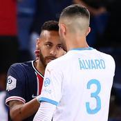 Alvaro Gonzalez (de dos) et Neymar Jr