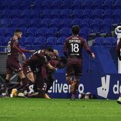 Lyon s'incline face à Metz, le PSG (re)prend les rênes