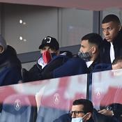 Kylian Mbappé en tribune pendant le match face à Lens samedi dernier