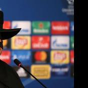 Le coach du Shakhtar arrive en conférence de presse déguisé en Zorro