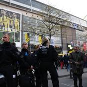 Les forces de l'ordre devant le stade de Dortmund