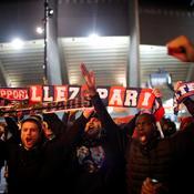Les fans mettent l'ambiance devant le Parc