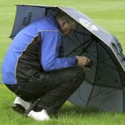 Colin Montgomerie s\'abrite sous son parapluie