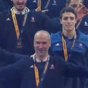 Le clapping des champions du monde dans un Bercy en fusion