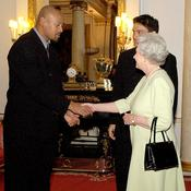 Lomu avec la reine d'Angleterre