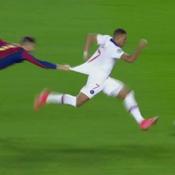 «Attrape-moi si tu peux» : l'image qui résume l'impuissance de Barcelone face à Mbappé