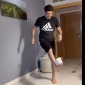 Confinés, les footballeurs lancent le «Stay at Home Challenge» avec du papier toilette