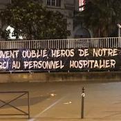 Coronavirus : les ultras parisiens soutiennent le personnel hospitalier avec une banderole