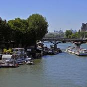 JO 2024 : Paris veut assainir la Seine et met la pression sur les péniches