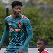 L'impressionnant gabarit d'un joueur de l'Ajax âgé de 14 ans