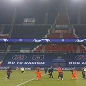 PSG-Basaksehir : à genoux et poings levés, l'image forte pour dire non au racisme