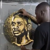 Un artiste peint le portrait de Sadio Mané à l'aide d'un ballon de foot