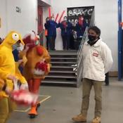 Vendée Globe : Poulets dansants et accueil déroutant pour Yannick Bestaven chez son sponsor