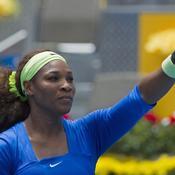 Serena Williams frappe fort, très fort