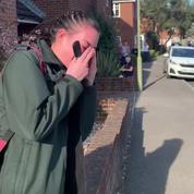 Applaudie par ses voisins, une ambulancière anglaise fond en larmes