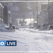 Au Canada, un blizzard recouvre de neige une ville entière