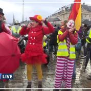 Des «gilets jaunes» déguisés en clown défilent à Bordeaux
