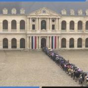 Une longue file d'attente aux Invalides pour Jacques Chirac