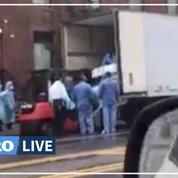 Coronavirus: à New-York, des patients chargés par chariot élévateur dans un camion réfrigéré