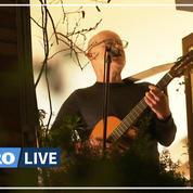 À Paris, un concert improvisé entre voisins à leurs fenêtres