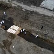 Coronavirus: les enterrements en fosses communes se multiplient à New York