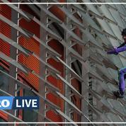 Le «Spiderman» français Alain Robert escalade une tour de Barcelone