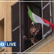 Chants, jeux et hommages: à leurs fenêtres, les Européens confinés trompent l'ennui