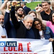 Lula acclamé par des partisans à sa sortie de prison