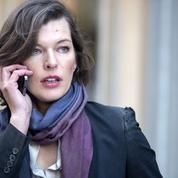 Milla Jovovich traquée par Pierce Brosnan
