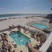 Spring Break : Il effectue un incroyable saut du balcon à la piscine