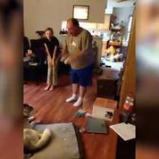 Un homme se dispute... avec son chien