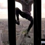 Le Spiderman français escalade la tour Montparnasse en hommage aux victimes au Népal