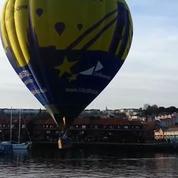 Une montgolfière se pose sur l'eau