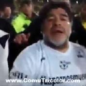 Maradona agresse tout le monde lors d'un match pour la paix