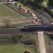 Paris-Roubaix : le TGV arrive mais le peloton force le passage à niveau