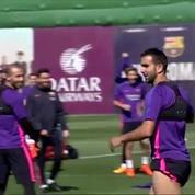 Un joueur du Barca marque du pied un superbe panier de basket