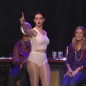 Anne Hathaway parodie Miley Cyrus à la télé américaine