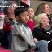 Hockey : un jeune spectateur s'éclate sur un titre de Bruno Mars