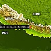 Après le deuxième séisme au Népal, on monte à nouveau les tentes dans une école française