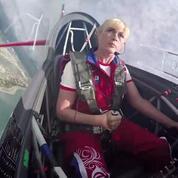 À bord du cockpit d'une pilote de l'équipe russe de voltige aérienne